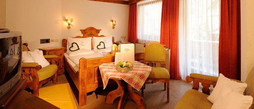 austria_mayrhofen_hotel-zillertalerhof_bedroom.jpg